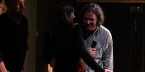 Josephine und Jan beratschlagen sich über das Gehörte einer Applausabstimmung